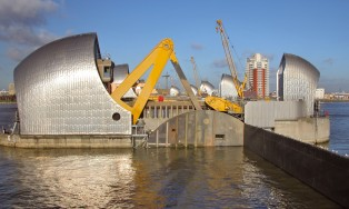Upgrades to controls, hydraulics and shift and latch arm mechanisms I Thames Barrier